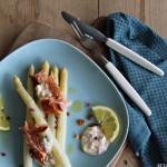 Hvit asparges med varmrøkt laks
