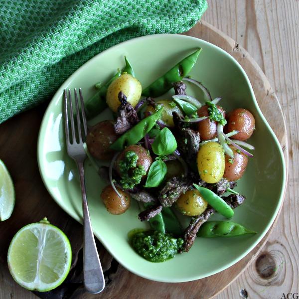 Tallerken med potetsalat med pesto og biffsrtimler