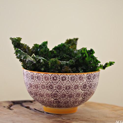 skål med grønnkålchips