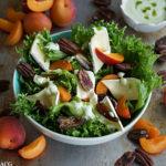 Salat med frukt og ramsløkdressing