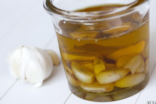 konfitert hvitløk - hvitløk kokt i olje