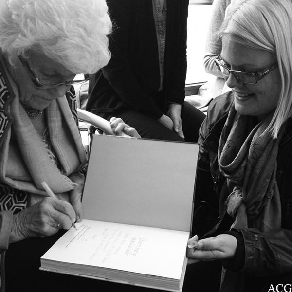 Ingrid Espelid Hovig signerer bok