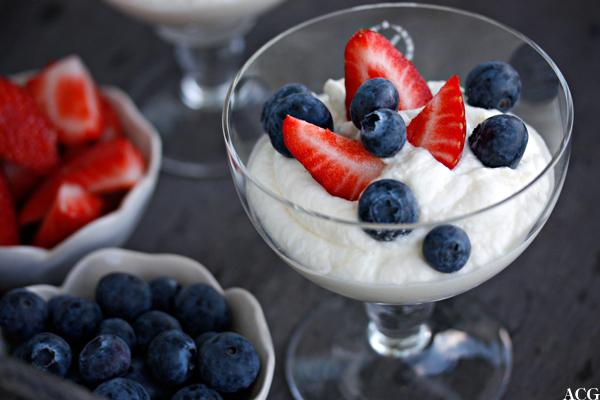Sitronmousse med jordbær og blåbær