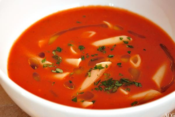 Nærbilde av tomatsuppe med pasta