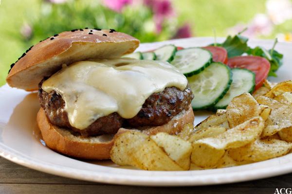 osteburger / cheeseburger , chips og grønnsaker
