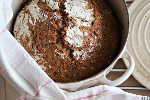 eltefritt brød i le creuset gryte sett ovenfra