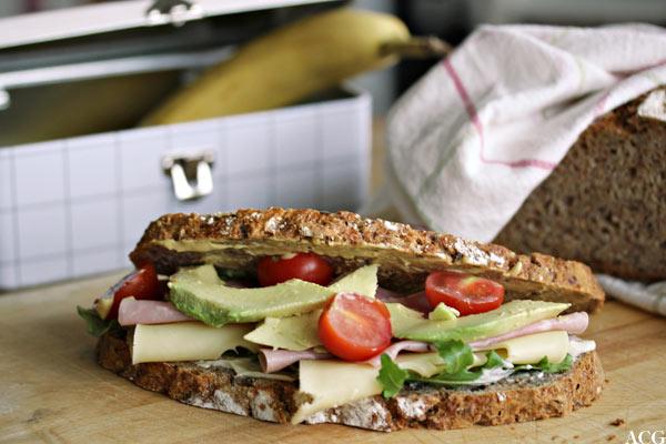 bilde av sandwich, matboks og brød