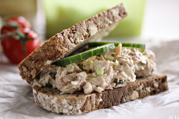 nærbilde av tunfisksandwich