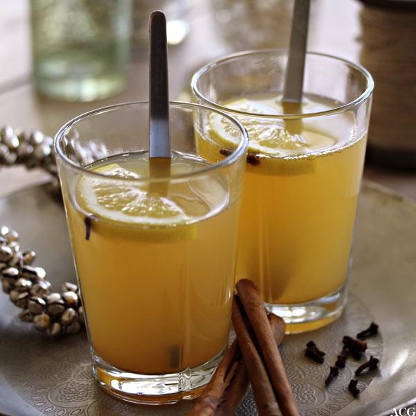 2 glass med varm eplegløgg
