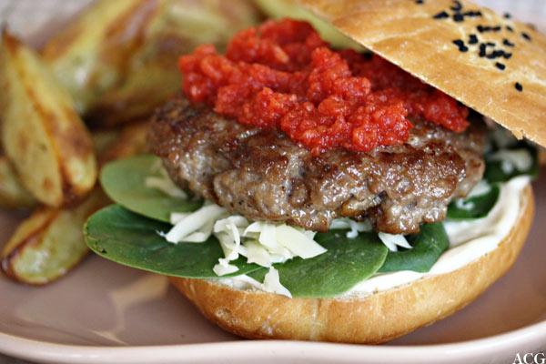 lammeburger med rød relish og ovnsstekte båtpoteter