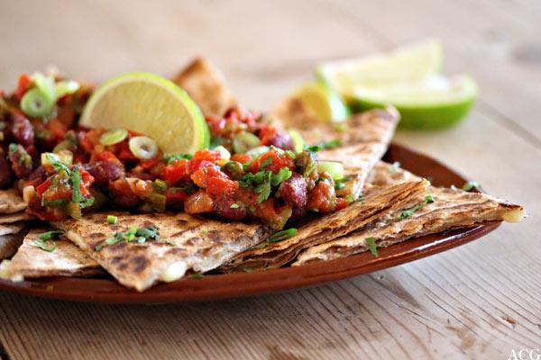 quesadilla med ostefyll og bønnesalsa