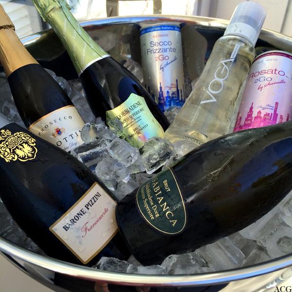 Vinkjøler med is og mange forskjellige flasker og bokser med vin