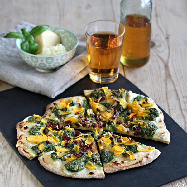 Bilde av hvit pizza med spina, gresskar og pecorino