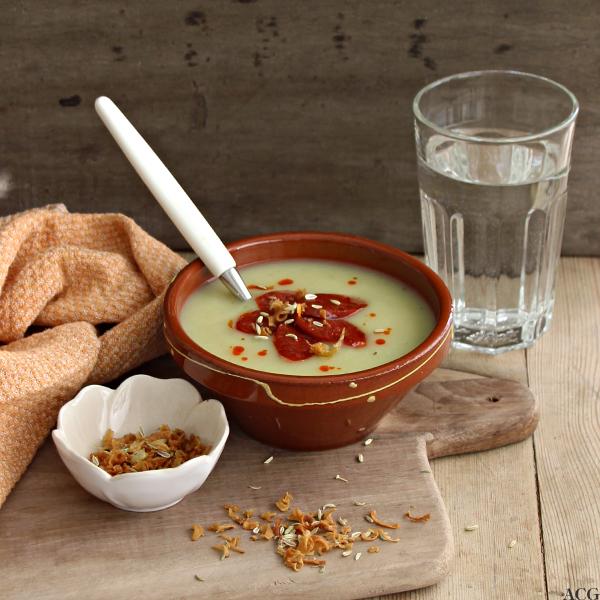 Bolle med potet- og fennikelsuppe og vannglass