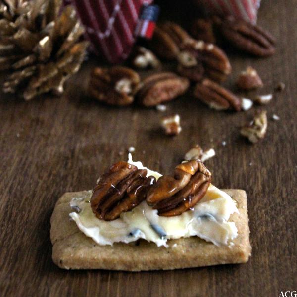 Shortbreadkjeks med blåmuggost, pekannøtt og honning