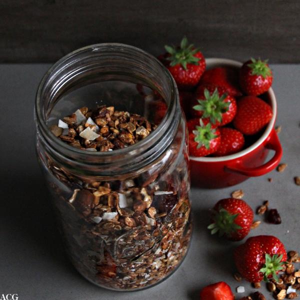 Norgesglass med hjemmelaget granola og skål med friske jordbær