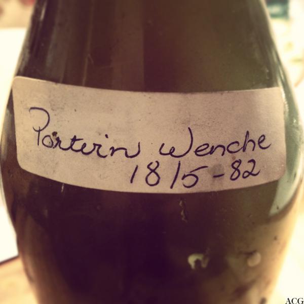 nærbilde av flaske med hjemmelaget portvin