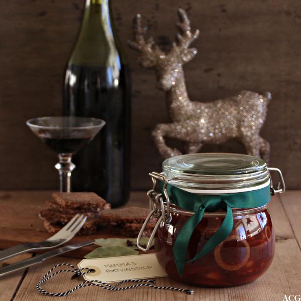 bilde av et glass med sild med portvin og tomatsaus