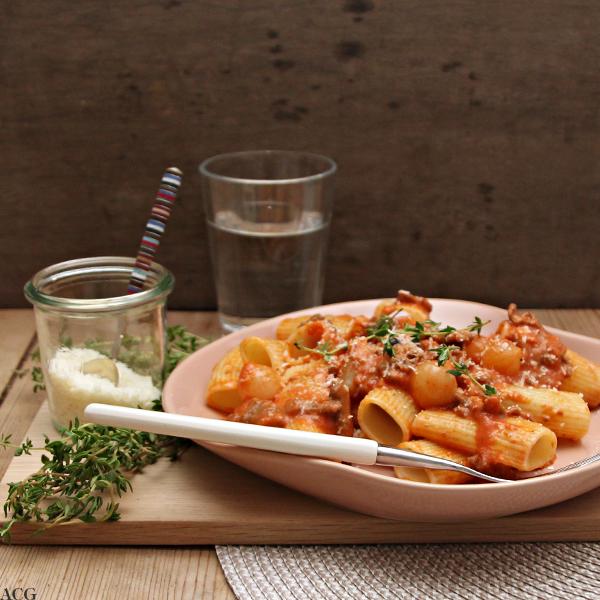 pasta rigatoni i sterk tomatsaus med reinsdyr