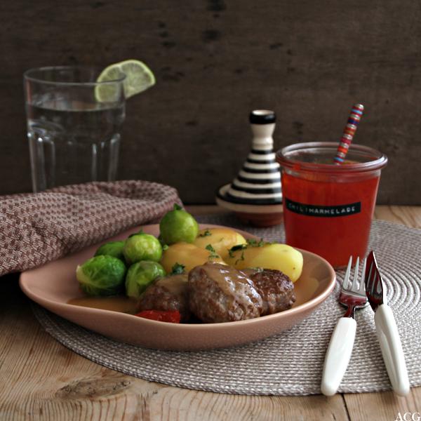 tallerken med kjøttkaker i brun saus