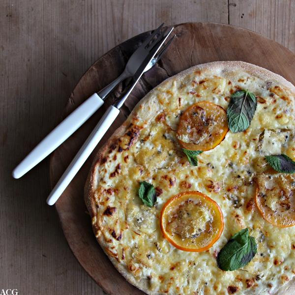 pizza med persimon og blåmuggost