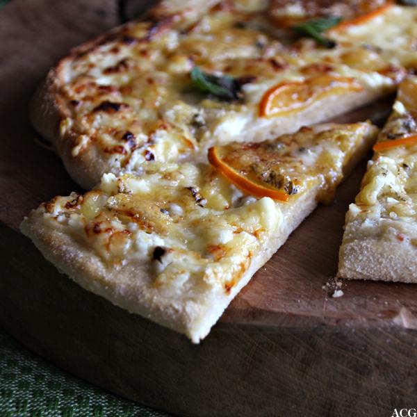 pizza med frukt og blåmuggost