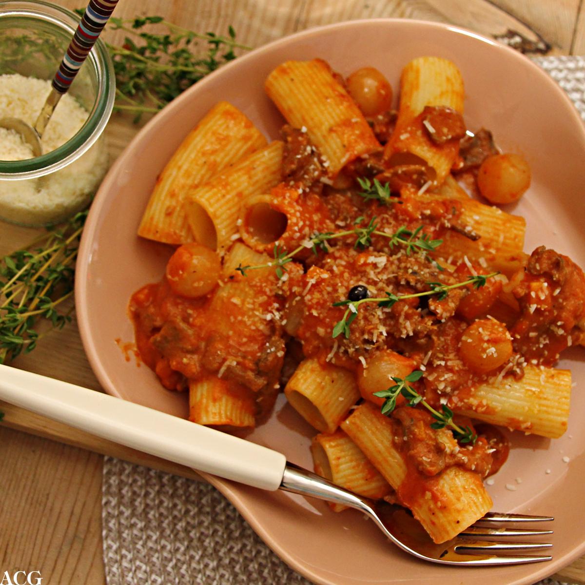 pasta med reinsdyrskav og sterk tomatsaus