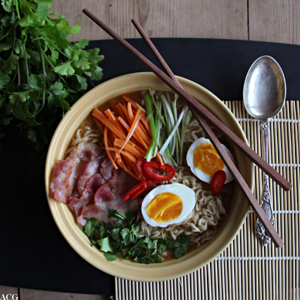 Bilde av suppebolle med nudelsuppe, egg og bacon