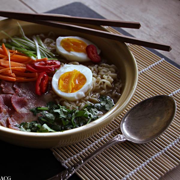 Nærbilde av nudelsuppe med egg og bacon