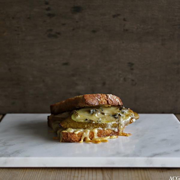 Bilde av et ferdig stekt ostesmørbrød med pæreskiver og blåmuggost