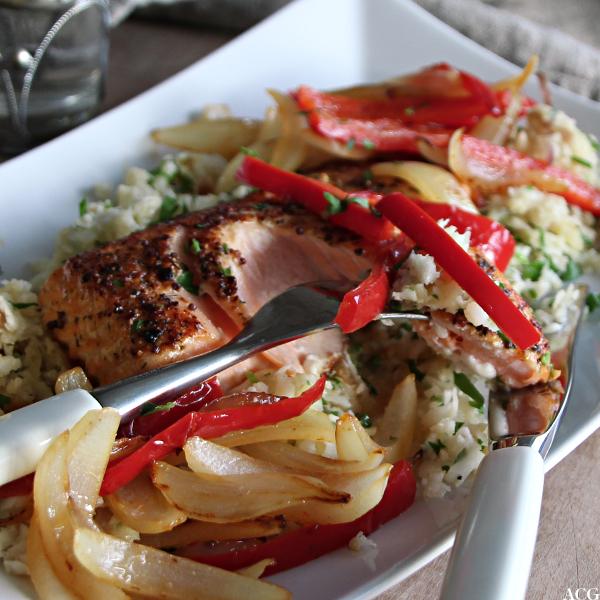 Nærbilde av smørstekt fisk, grønnsaker og blomkålris