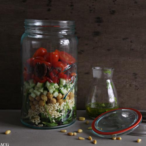 BIlde av norgesglass med salatingredienser i lag