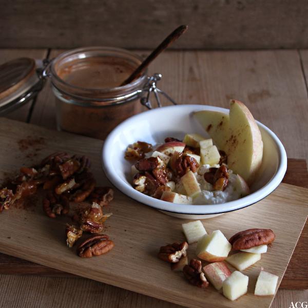 cottage cheese, eplebiter og nøtter