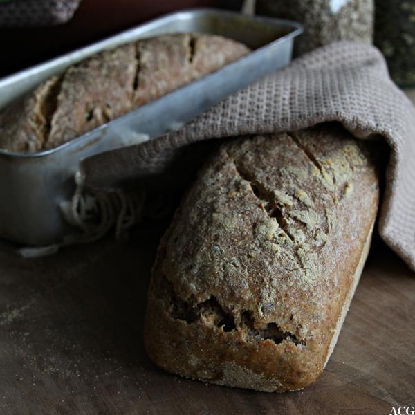 bilde av to nystekte brød