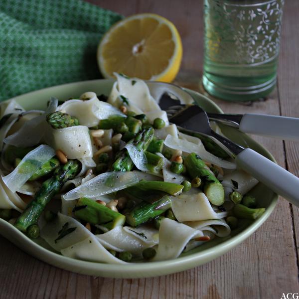 Nærbilde av tallerken med pasta primavera