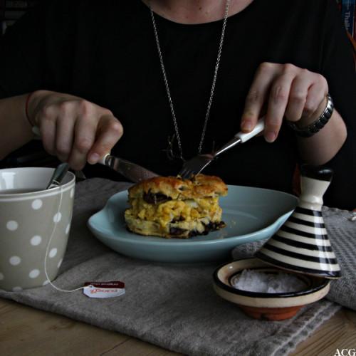 bilde av frokostbord med scones, te og eggerøre