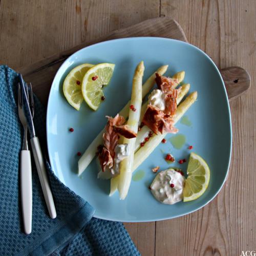 tallerken med hvit asparges, laks og kald rømmesaus