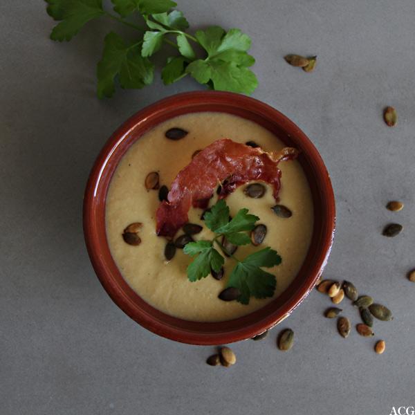 suppebolle sett ovenfra: mande- og løksuppe