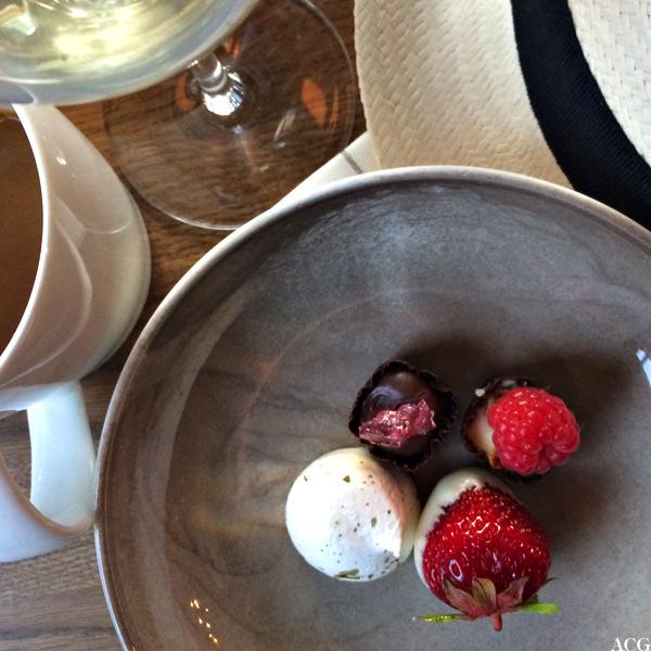 Bilde av tallerken med små desserter