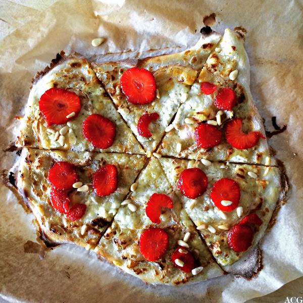 Bilde av pizza med jordbær og pinjekjerner
