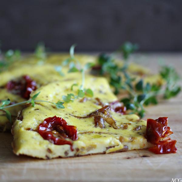 nærbilde av omelett delt i stykke