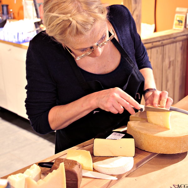 Nina skjærer et stykke os til ostefjøla