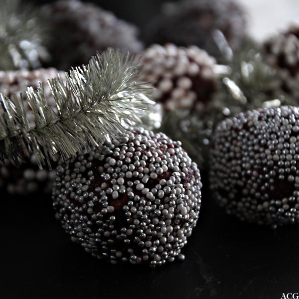 nærbilde av punchboller og julepynt