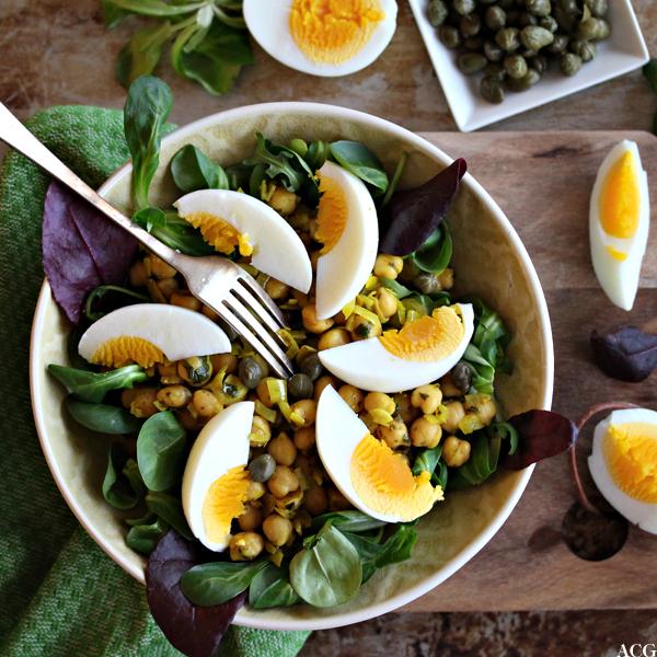 Kikertsalat med egg og kapers