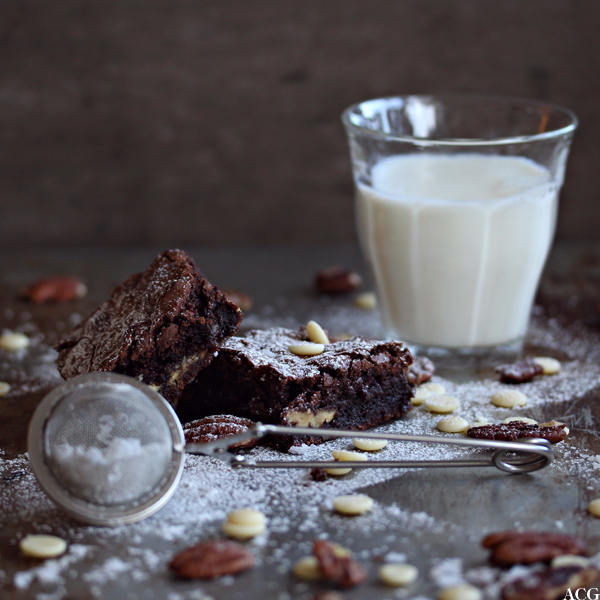 brownies med salte nøtter og et glass melk