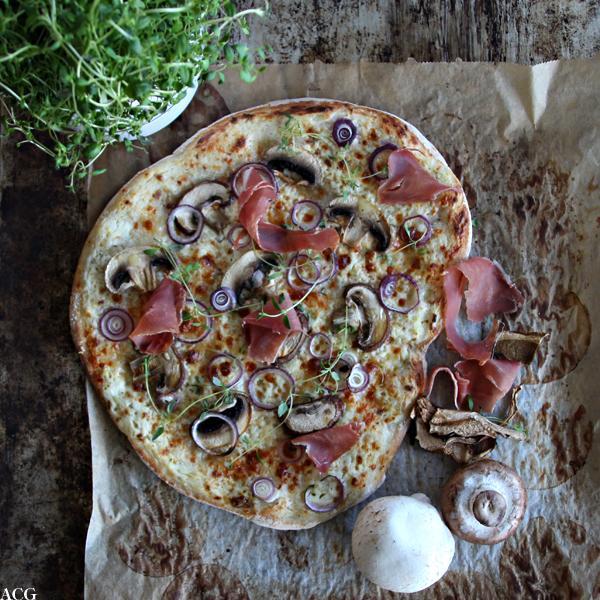 Pizza bianca med sopp og skinke