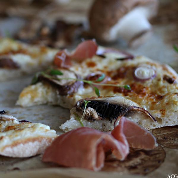 Nærbilde av hvit pizza