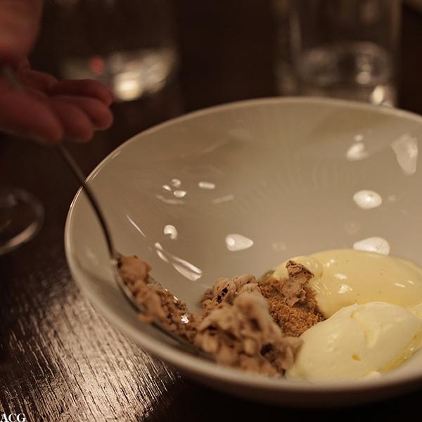 Vaniljeis og sjokolademousse laget med flytende nitrogen