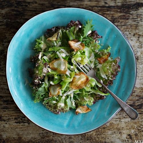 aspargessalat med lakrisdressing og jordskokkchips