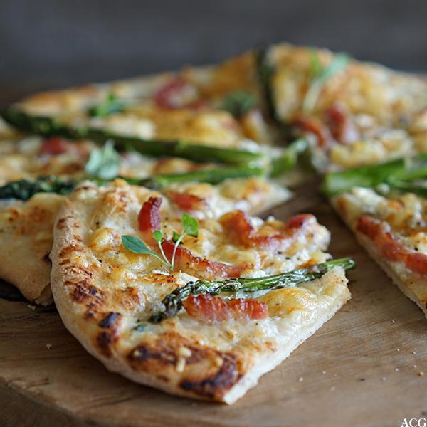 nærbilde av aspargespizza